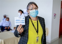 Glenda Torres, colaboradora de la JCE recibió la primera dosis de la vacuna Sinovac.